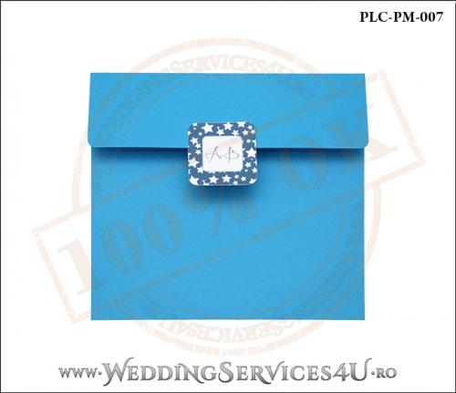 Plic Patrat pentru invitatie de Botez Colorat Personalizat realizat din carton albastru mat cu Monograma Aplicata. PLC-PM-007-1